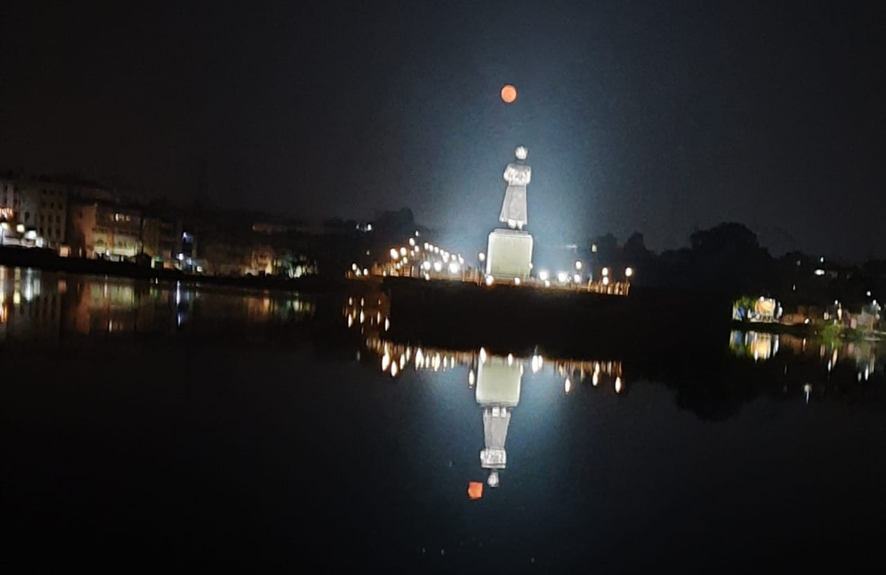 <p>The eye catching Vivekananda statue and the moon at Bada Talab, Ranchi during night on Wednesday.</p>