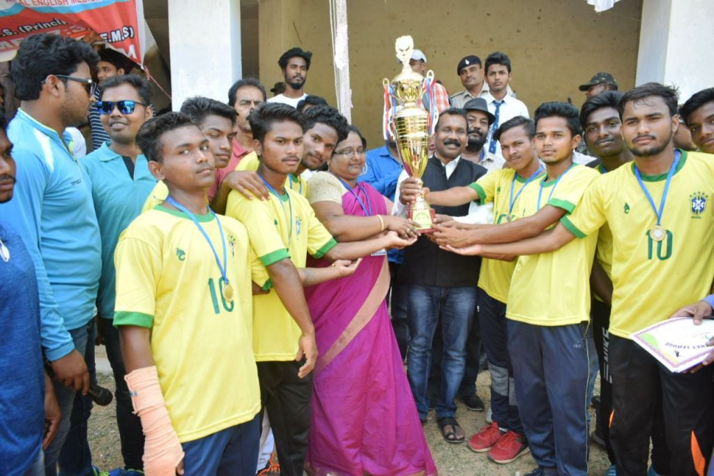 <p>Former Chief Minister Madhu Koda inaugurated the final match and distributed prizes among the winning teams as the chief guest at the closing ceremony of Inter School Cricket League…