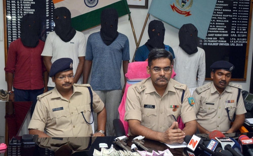 <p>SSP Kuldeep Dwivedi alongwith City SP Aman Kumar showing arrested five criminals to the media persons during a press conference at his office in Ranchi on Thursday.</p>