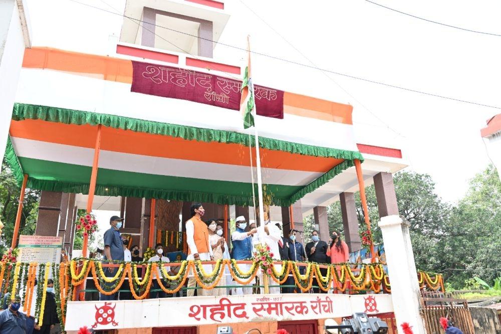 <p>75 वें स्वतंत्रता दिवस के पावन अवसर पर मोरहाबादी मैदान में आयोजित मुख्य राजकीय समारोह में झंडोत्तोलन करते हुए मुख्यमंत्री श्री हेमन्त सोरेन ।</p>