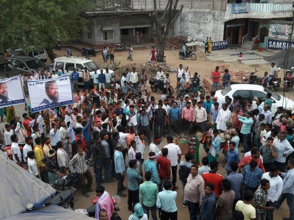 <p>Late Jharkhand Mukti Morcha MLA Anil Murmu's wife Uriti Hansda and hundreds of her supporters who joined the ruling BJP and announced to offer support to its candidate -two-time…
