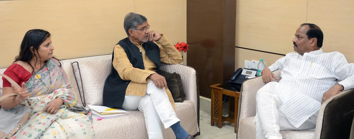 <p>Nobel laureate for peace Kailash Satyarthi met Jharkhand CM Raghubar Das in Ranchi today.</p>