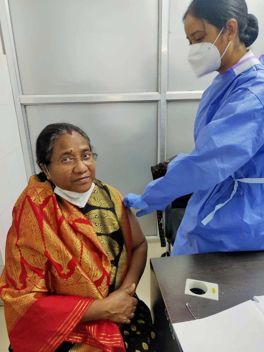 <p>आज रांची रेल मंडल के चिकित्सा विभाग द्वारा कोविड 19 वेक्सिनेशन के अगले चरण में चिकित्सा विभाग के शेष बचे चिकित्सकों एवं कर्मचारियों को टीका दिया गया। मण्डल के मुख्य चिकित्साधिकारी…
