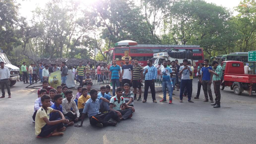 <p>JVM workers putting up road jam in Godda against Raghubar Das govt and demanded withdrawal of CNT & SPT amendment Bill.</p>