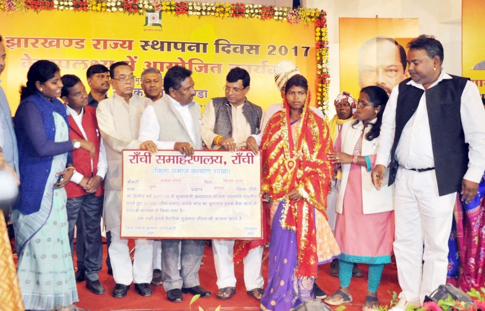 <div> <p> Sanjana Toppo receives a chaque of Rs.Thirty Thousand from Rural Development Minister Nilkanth Singh Munda during a program under Jharkhand Foundation Day…