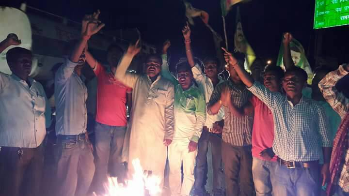 <p>JVM activists set ablaze tyres along the NH 33 near Ramgarh.They were protesting against Raghubar Das government and CNT & SPTamendment Bill.</p>