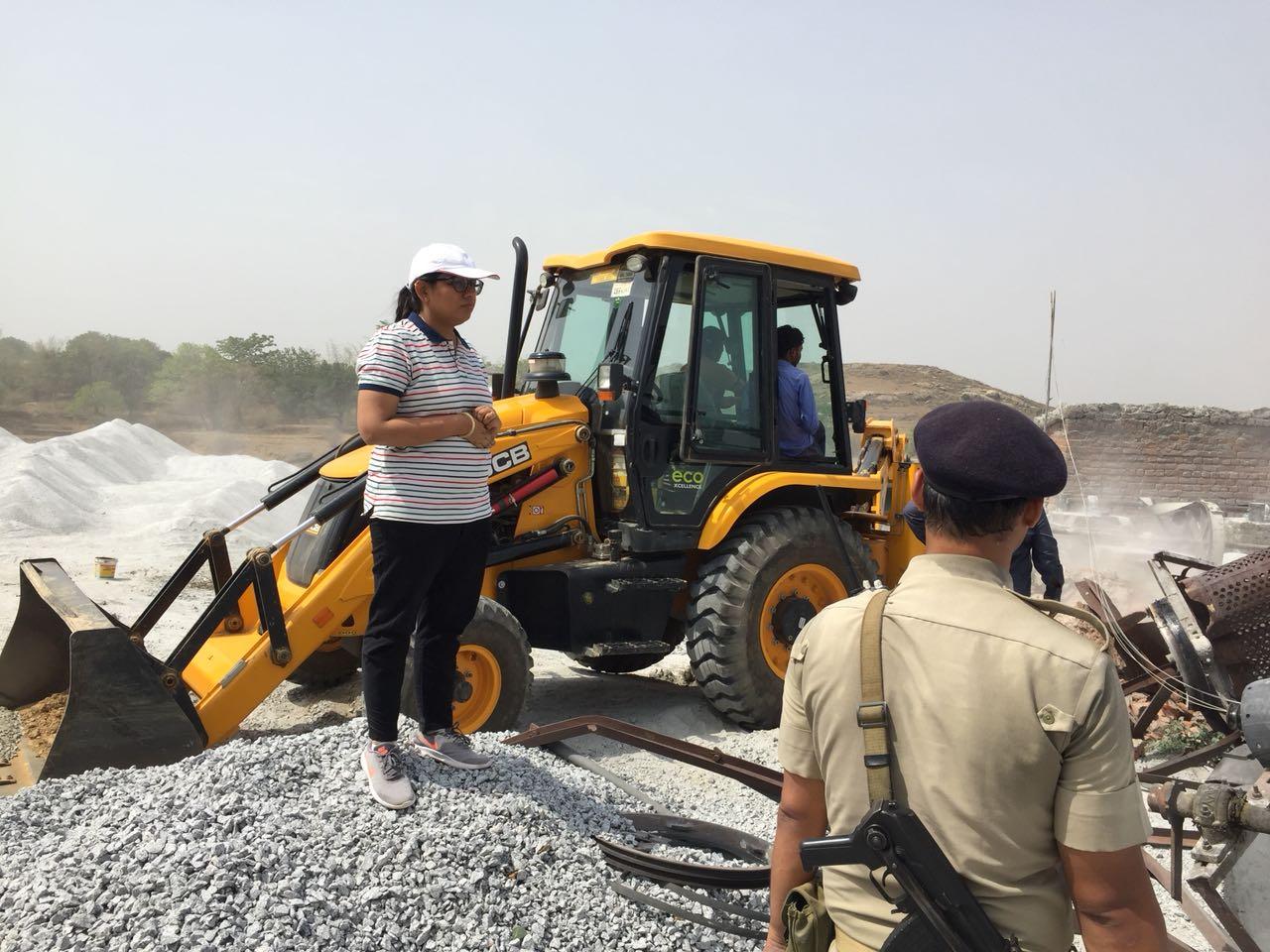 <p>एसडीओ अंजलि यादव ने बुढ़मू में पत्थर खदानों एवं इंट भट्ठों में की छापामारी कर कई क्रेशरों को किया ध्वस्त |</p>