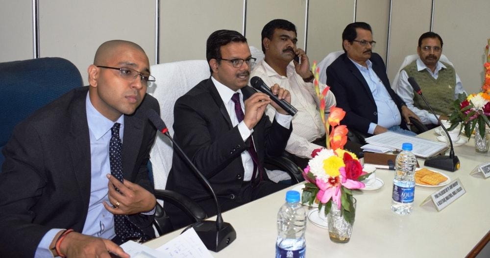 <p>मुख्यमंत्री के प्रधान सचिव सह उद्योग विभाग के सचिव सुनील कुमार वर्णवाल ने आज बोकारो स्थित वियाडा भवन में एक उच्च स्तरीय बैठक को संबोधित किया |</p>