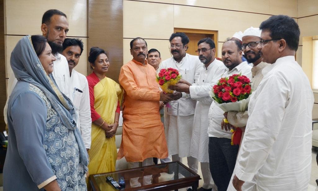 <p>मुख्यमंत्री रघुवर दास से झारखण्ड मंत्रालय में अल्पसंख्यक कल्याण मंत्री डॉ लुइस मराण्डी के साथ अल्पसंख्यक आयोग के अध्यक्ष कमाल खान तथा झारखण्ड राज्य हज समिति के सदस्यों ने मुलाकात…