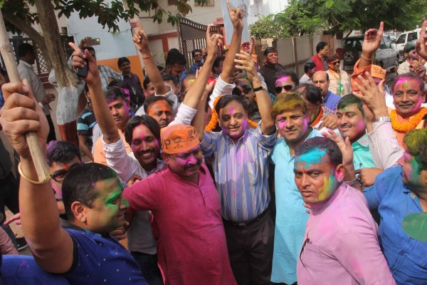 <p>Rajya Sabha MP Mahesh Poddar along with BJP leader and workers celebrate the party's victory in the assembly elections, at party headquarter in Ranchi on Saturday. </p>…