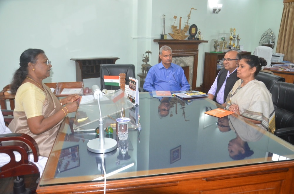 <p>Jharkhand CS Rajbala Verma meets with Governor Draupadi Murmu in Ranchi on Monday.</p>