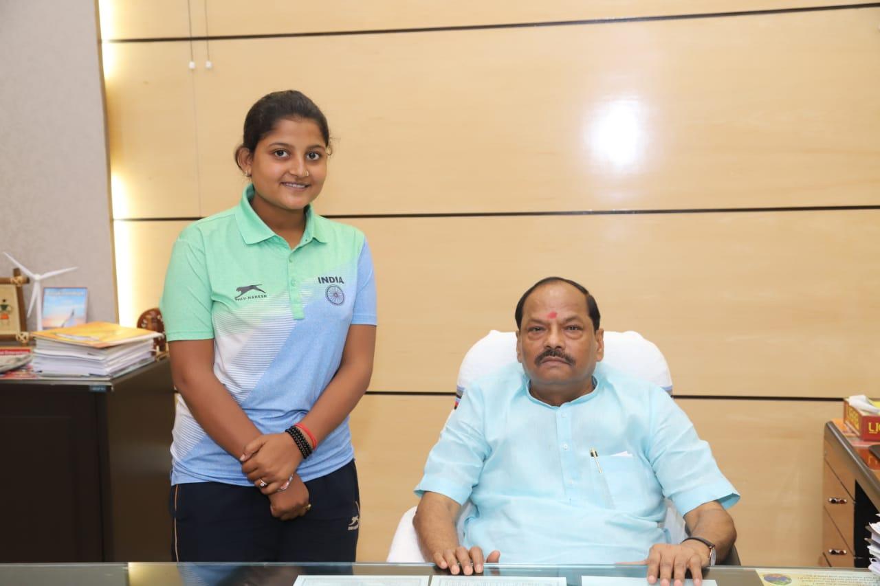 <p>मुख्यमंत्री रघुवर दास से प्रोजेक्ट भवन में कबड्डी खिलाड़ी सुश्री मयूरी कुमारी ने मुलाकात की। मुख्यमंत्री ने मयूरी कुमारी को एक लाख रुपये प्रोत्साहन राशि देने का की घोषणा की। मयूरी…