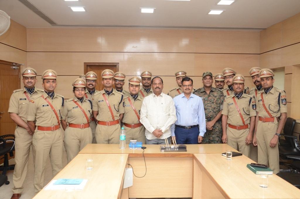 <p>आजमुख्यमंत्री श्री रघुवर दास से भारतीय पुलिस सेवा 2017 बैच के प्रशिक्षु IPS अधिकारियों ने झारखंड मंत्रालय सभाकक्ष में मुलाकात की।</p>