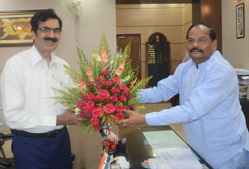 <p>Jharkhand Ex Chief Secretary Sudhir Prasad,who was appointed as Chairman of Jharkhand Khadya Ayog,on Friday met CM Raghubar Das and handed over a bouquet of flower to him</p>
