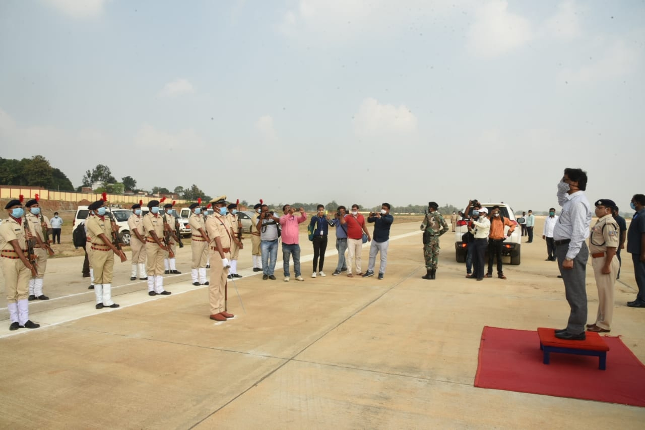 <p>Welcoming Chief Minister Hemant Soren is Deputy Commissioner, Deoghar where he was given salute too.</p>
