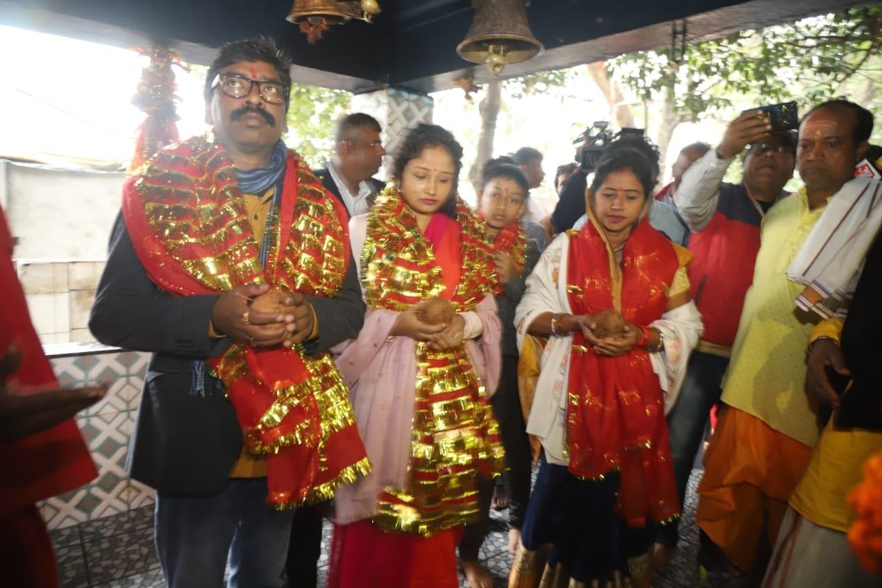 <p>मुख्यमंत्री हेमंत सोरेन सपरिवार शक्तिपीठ रजरप्पा मंदिर पहुंचे, पूरे विधि विधान के साथ मां छिन्नमस्तिका की पूजा अर्चना की on dated 02/01/2020</p>