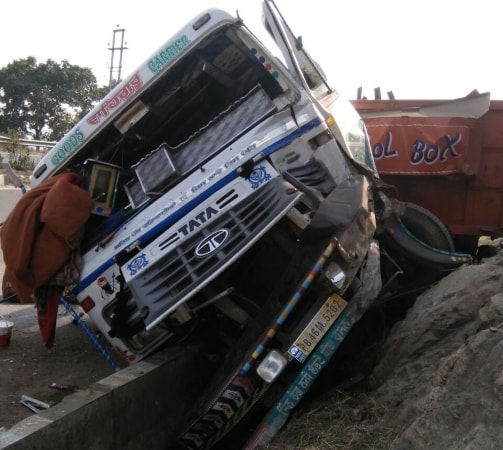 <p>Due to break failure of a fast-moving trailer (PB-46M-5202) in Ranchi's Chuttupalu valley, the trailer lost control and rammed into another truck (JH-02AC-1434) moving…
