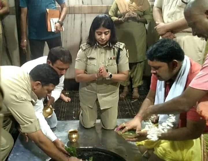 <p>दुमका - आईजी सुमन गुप्ता ने बासुकिनाथ धाम में की पूजा-अर्चना। उन्होंने बासुकिनाथ धाम कांवरिया रुट लाईन का निरक्षण किया। मंदिर के प्रशासनिक सभागार में अधिकारियों के साथ बैठकर विधि…