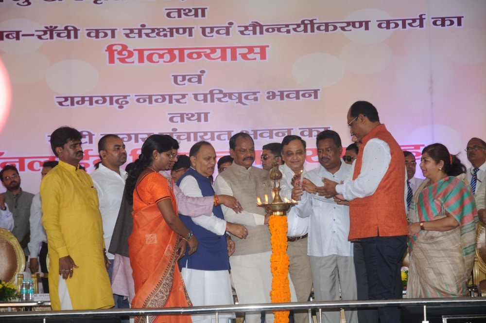 <p>Jharkhand Chief Minister Raghubar Das alongwith Urban Development Minister CP Singh, Rural Development Minister Nilkanth Singh Munda, Rajya Sabha MP Mahesh Poddar and others lightning…