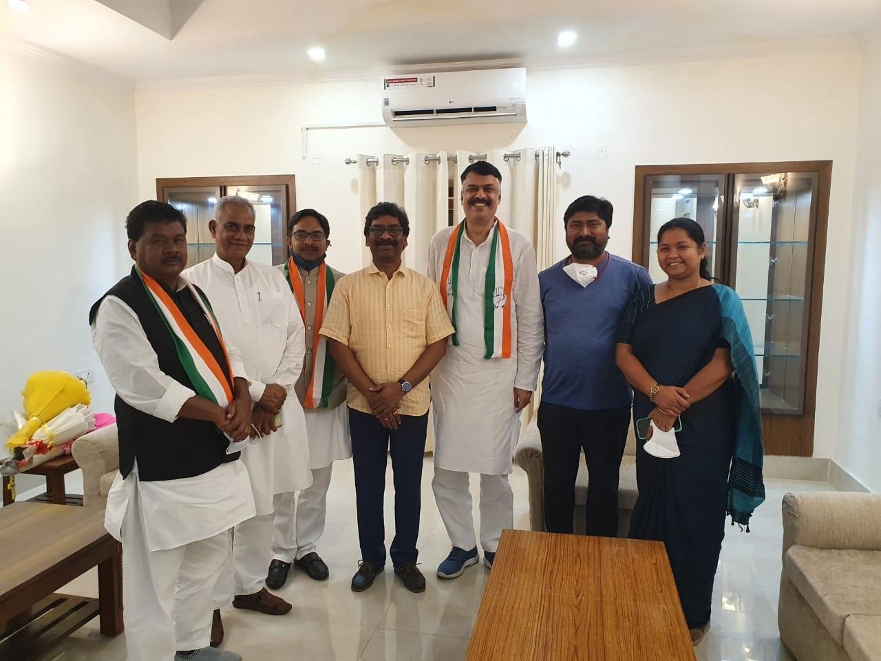 <p>मुख्यमंत्री श्री हेमन्त सोरेन से आज नई दिल्ली में झारखंड कांग्रेस के नवमनोनीत अध्यक्ष श्री राजेश ठाकुर, कार्यकारी अध्यक्ष श्रीमती गीता कोड़ा, श्री बंधु तिर्की, श्री जलेश्वर महतो…