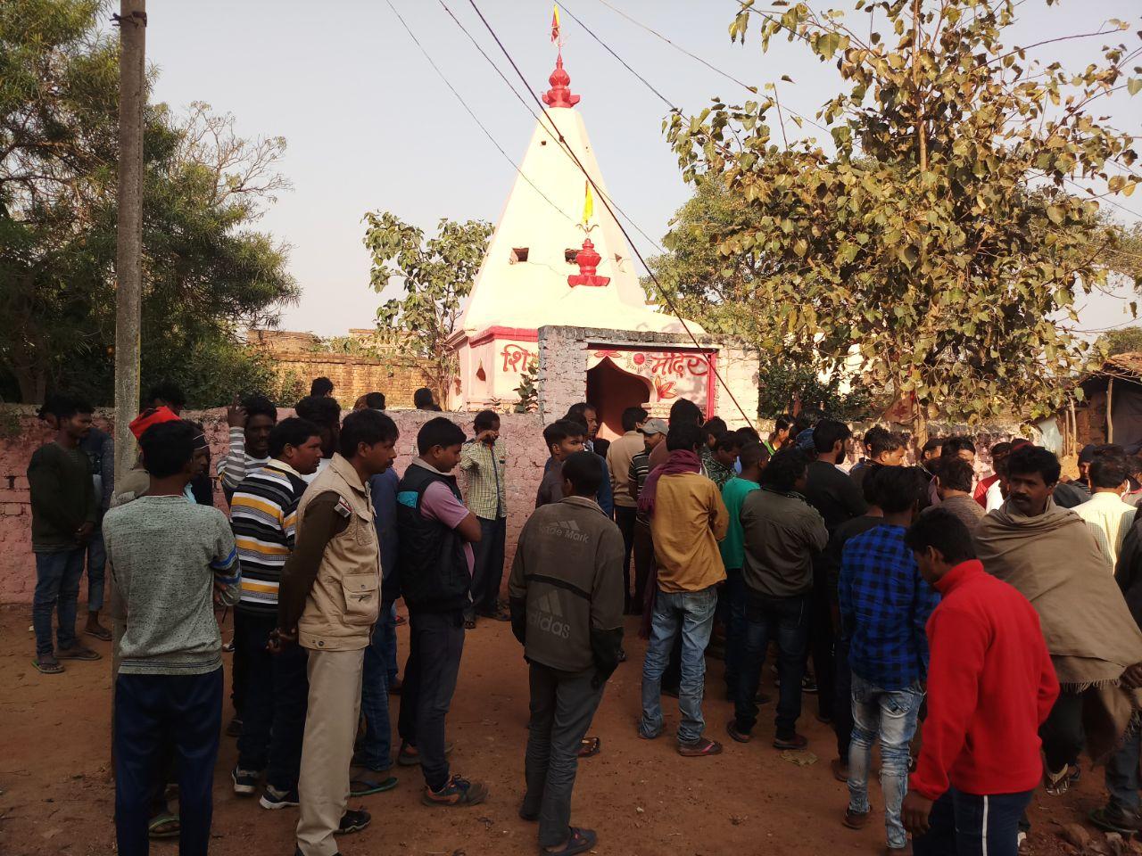 <p>रांची नगड़ी थाना क्षेत्र के देवरी गांव स्थित शिव मंदिर में बीती रात अज्ञात लोगों के द्वारा प्रतिबंधित मांस का टुकड़ा फेंका गया जिससे ग्रामीणों के बीच भारी आक्रोश है भारी संख्या में…