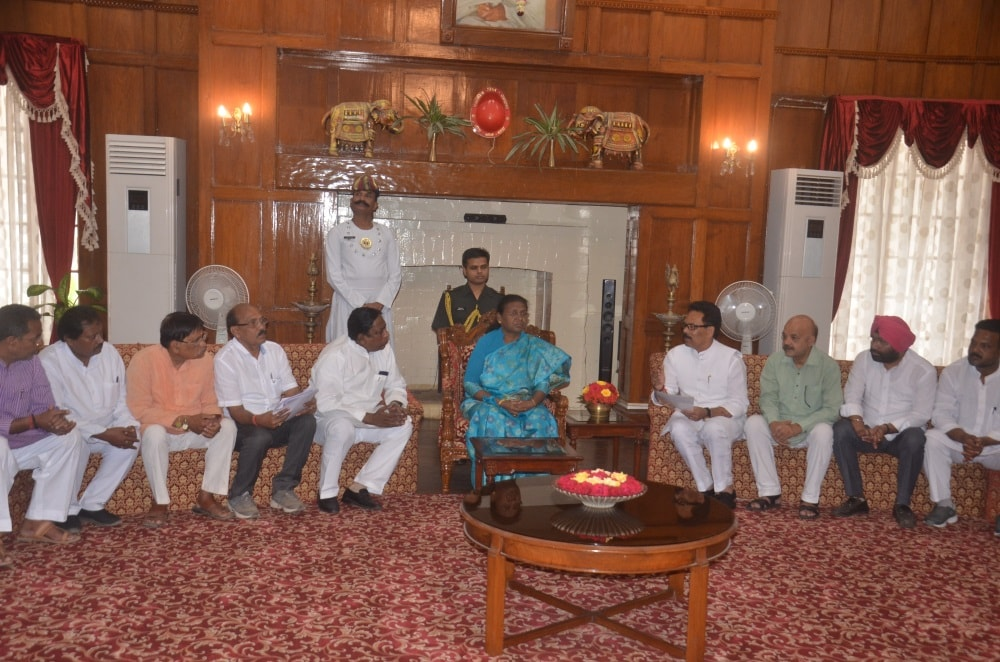 <p>Congress leaders meets Governor Draupadi Murmu at Governor House in Ranchi on Wednesday.</p>