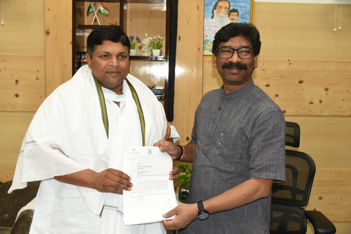 <p>A booklet containing details of labourers of Jharkhand staying in different states was handed over to the CM Hemant Soren by the state Agriculture, Animal Husbandry Minister Sri…