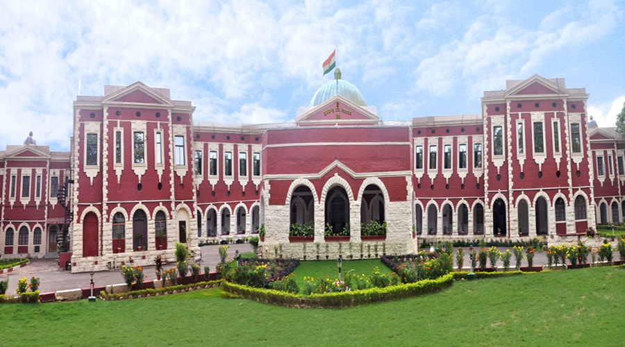 <p>Following directive of the Jharkhand High Court, Chief Minister Raghubar Das has agreed to provide compulsory retirement to 12judicial service officers.</p>