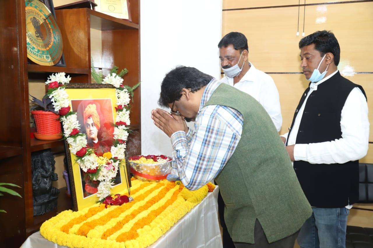<p>मुख्यमंत्री श्री हेमन्त सोरन ने स्वामी विवेकानंद जी की 158वीं जयंती के अवसर पर उनकी तस्वीर पर पुष्पांजलि देकर उन्हें श्रद्धासुमन अर्पित की।</p>