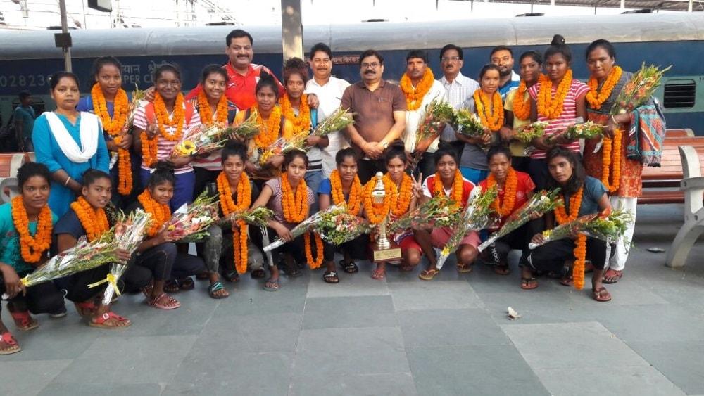 <p>8वी हॉकी इंडिया जूनियर नेशनल हॉकी चैम्पियनशिप 2018 में झारखण्ड महिला हॉकी टीम ने हॉकी हरियाणा को 4-2से पराजित कर चैम्पियन बनकर पहली बार झारखण्ड आने पर रेलवे स्टेशन में…