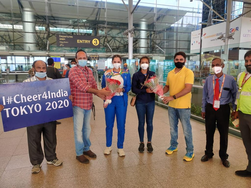 <p>Sania and Ankita Raina being seen off from Hyderabad airport on Monday.</p>