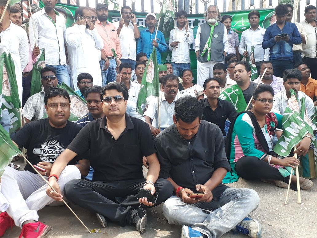 <p>The Ranchi DC office was 'gheraoed' by the Ranchi JMM District Committee, led by District President Sushila Ekka, Vice President Sujit Upadhyaya and Nitin Agarwal.</p>