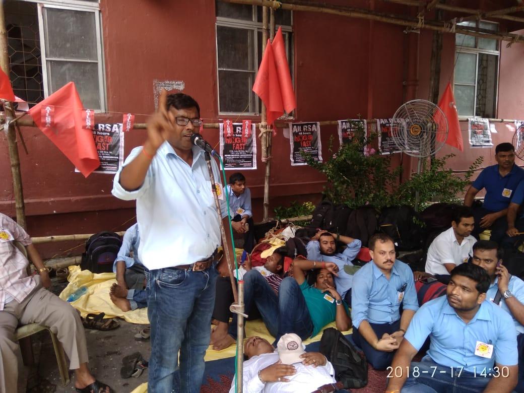 <p>राँची मंडल के मंडल सचिव काम0 रामजीत द्वारा गार्डेनरीच कोलकाता में 48 घंटे की भूख हड़ताल पर धरना में अपना वक्तव्य रखते हुए।पूरे भारत के सभी लोको पायलट दिनांक 17.7.18 को सुबह…