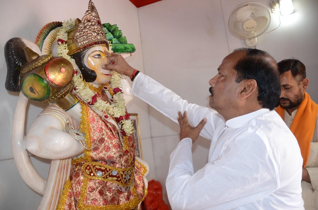 <p>मुख्यमंत्री रघुवर दास रविबार को रामनवमी के शुभ अवसर पर अपने आवास पर पूजा अर्चना करते हुए |</p>