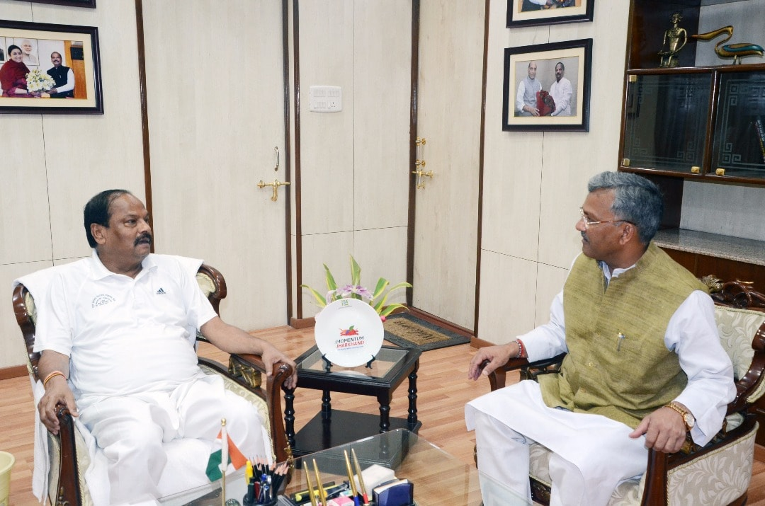 <p>Uttarakhand's Chief Minister Trivendra Singh Rawat in conversation with Jharkhand Chief Minister Raghubar Das in Ranchi on Monday</p>