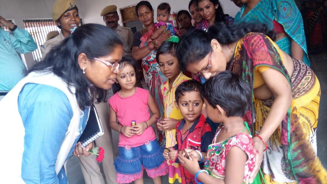<p>जमशेदपुर घाघीडीह स्थित मंडल कारा में महिला सेल में बंद महिला कैदियो के बच्चों को मिल रही सुविधा की जानकारी और जेल 18 साल से कम age group के बंदी की जानकारी लिया |</p>