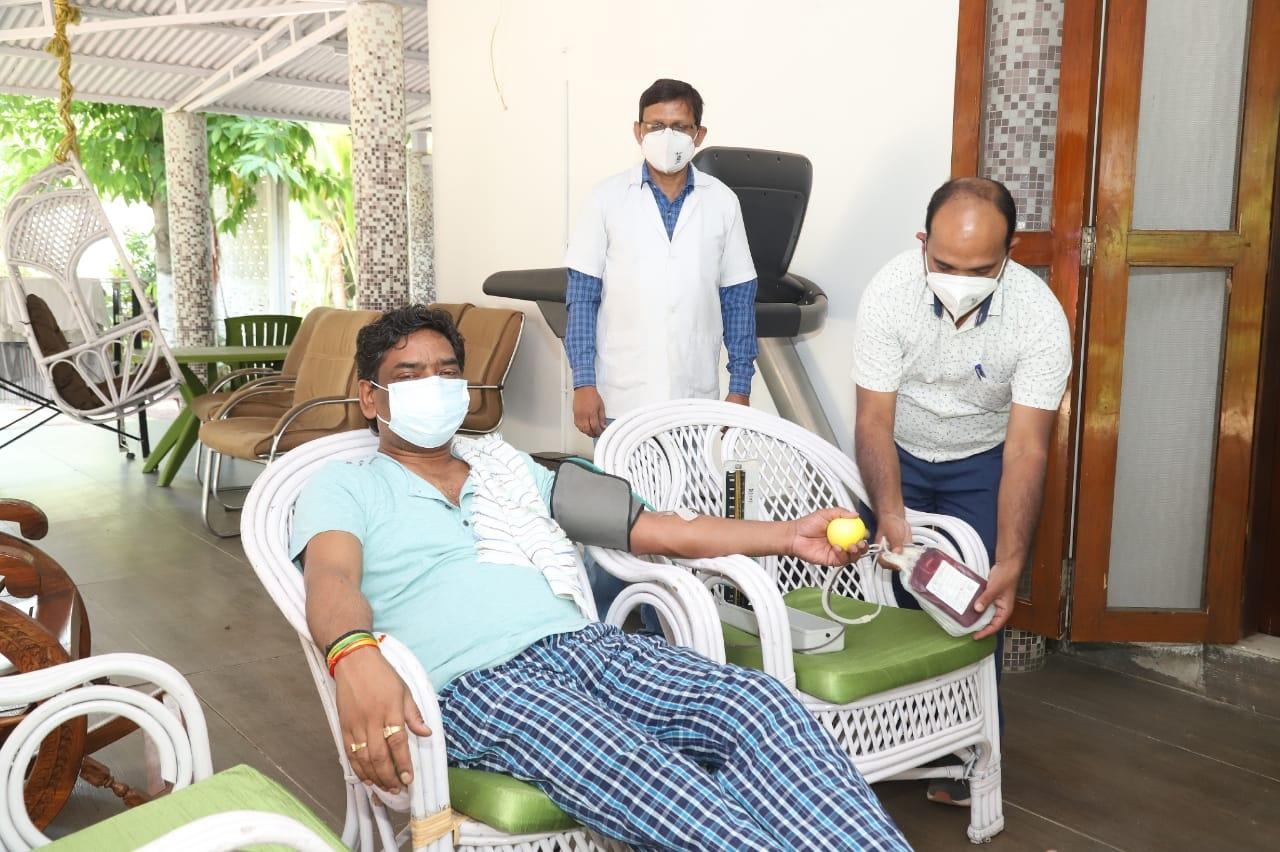 <p>मुख्यमंत्री श्री हेमन्त सोरेन ने रिम्स ब्लड बैंक के लिए रक्तदान किया। मुख्यमंत्री ने कहा रक्तदान मानव जीवन की रक्षा के लिए संजीवनी का कार्य करता है। हर स्वस्थ व्यक्ति को अपनी स्वेच्छा…