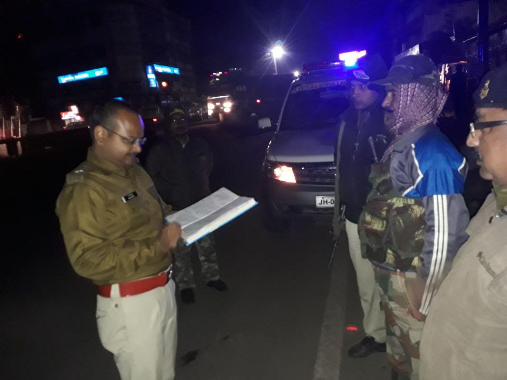 <p>हाड़ कँपाती सर्दी में रात 11:30 बजे सिटी एसपी अमन कुमार ने ली रांची राजधानी की सुरक्षा व्यवस्था की सुध, मुख्य रूप से सिटी एसपी ने ड्यूटी पर मौजूद जवानों और अधिकारियों के कार्यों…