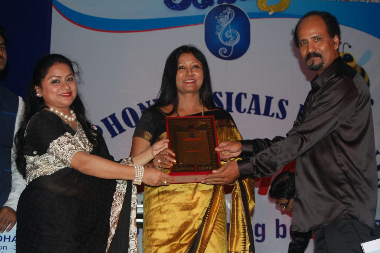 <p>Mahua Majhi and famous singer and judge from Kolkata, Shubhojit Nag took part in a singing competition organised by Symphony Musicals at Deshpriya Club, Ranchi on Thursday.</p>…