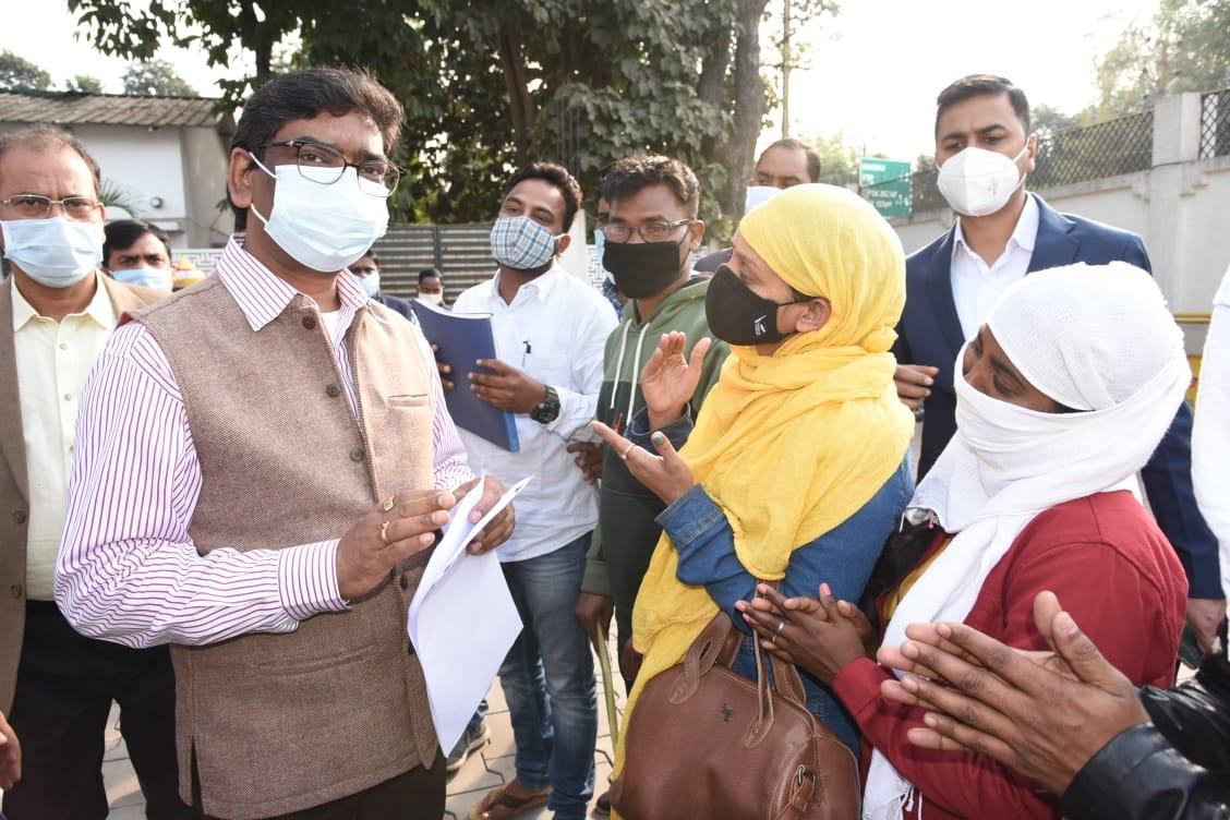 <p>मुख्यमंत्री आवास में जनता की समस्याओं को सुनते हुए मुख्यमंत्री श्री हेमन्त सोरेन. आज आम लोगों ने मुलाकात कर अपनी -अपनी समस्याओं से अवगत कराया । मुख्यमंत्री ने बारी-बारी से लोगों…