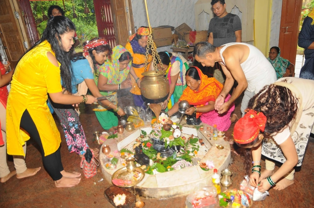 <p>Devotees offer prayers to Lord Shiva on the occasion of the 4th Monday of holy month of Sawan at Pahari Mandir in Ranchi on Monday.</p>