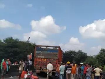 <p>रांची के खलारी में शुक्रवार को सड़क दुर्घटना में एक युवती की मौत हो गई। मृतक की पहचान बहेरगढ़ा टोला निवासी एतवा उरांव की 20 वर्षीय पुत्री सुमन कुमारी के रूप में हुआ है। दुर्घटना के…