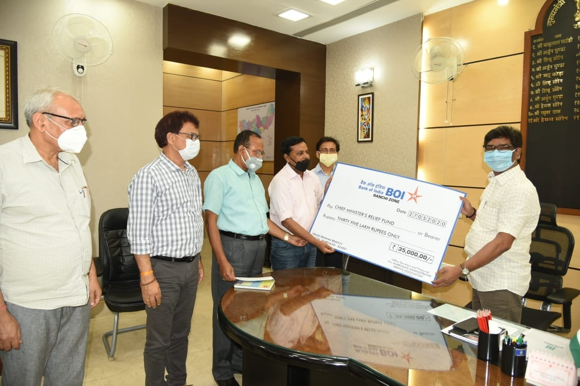 <p>Jharkhand Administrative Service Officers Association office-bearers handed over a cheque of Rs 35 Lakh to Chief Minister Hemant Soren for the fight against Coronavirus pandemic.…