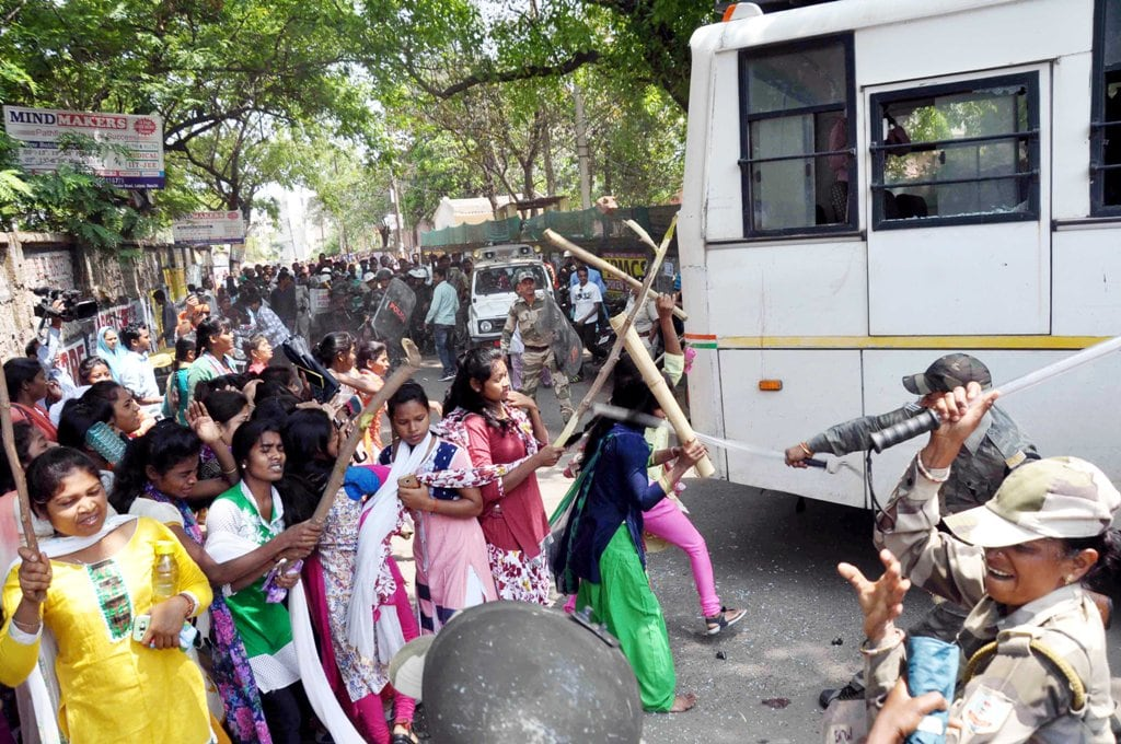 """<p>Clashes erupt between Students and Police personnel<strong></strong>inside Ranchi Women's college in Ranchi on Monday during """"Bharat Bandh"""".</p>"""