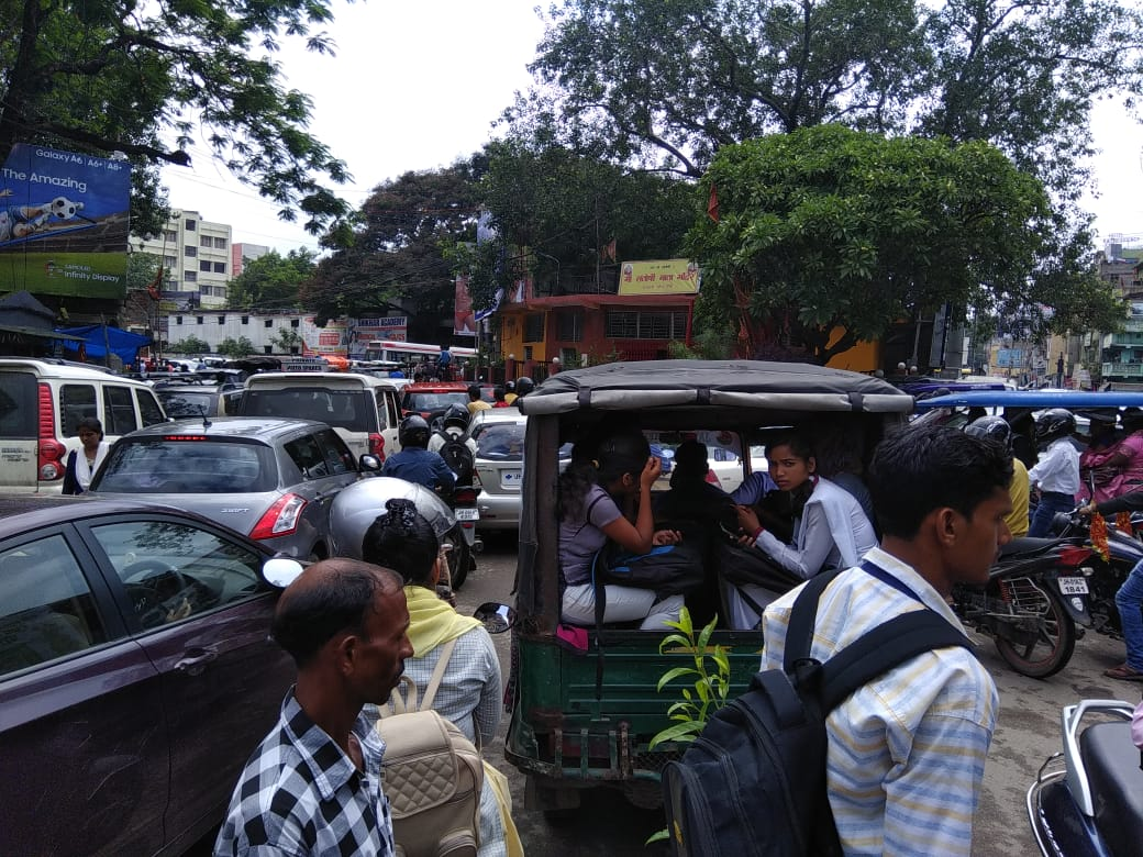 <p>This morning traffic came to a standstill following a massive traffic jam engulfed Kutcheri chowk in Ranchi</p>