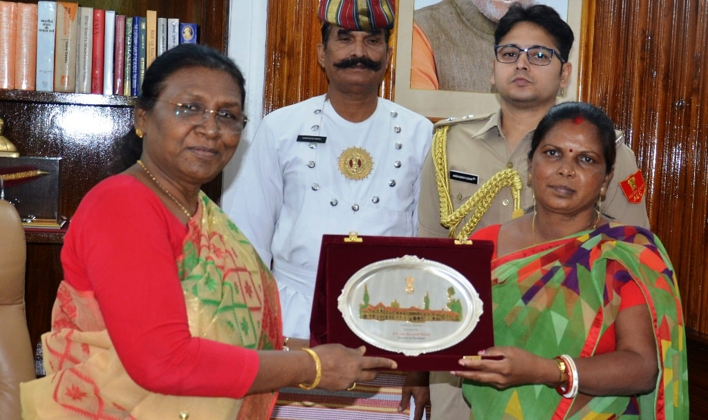 <p>Hon'ble Governor Draupadi Murmu met Padmasree Jamuna Tudu in Raj Bhavan on dated 01/05/2019</p>
