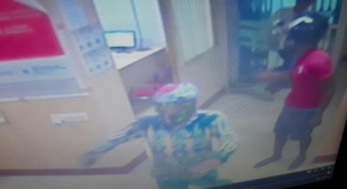 <p>Day light loot of Rs 7.65 lakh from inside Indian Overseas Bank,Sukhdev nagar Area in Ranchi.This is the picture collected by the bank's CCTV camera showing one of the three…