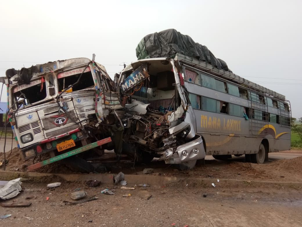 <p>जमशेदपुर - बहरागोड़ा में सड़क दुर्घटना; राँची से कोलकाता जा रही महालक्ष्मी बस खंडामौदा के पास सुबह दुर्घटनाग्रस्त हो गई | दुर्घटना में बस के चालक सहित कई यात्री घायल | घायलों को…