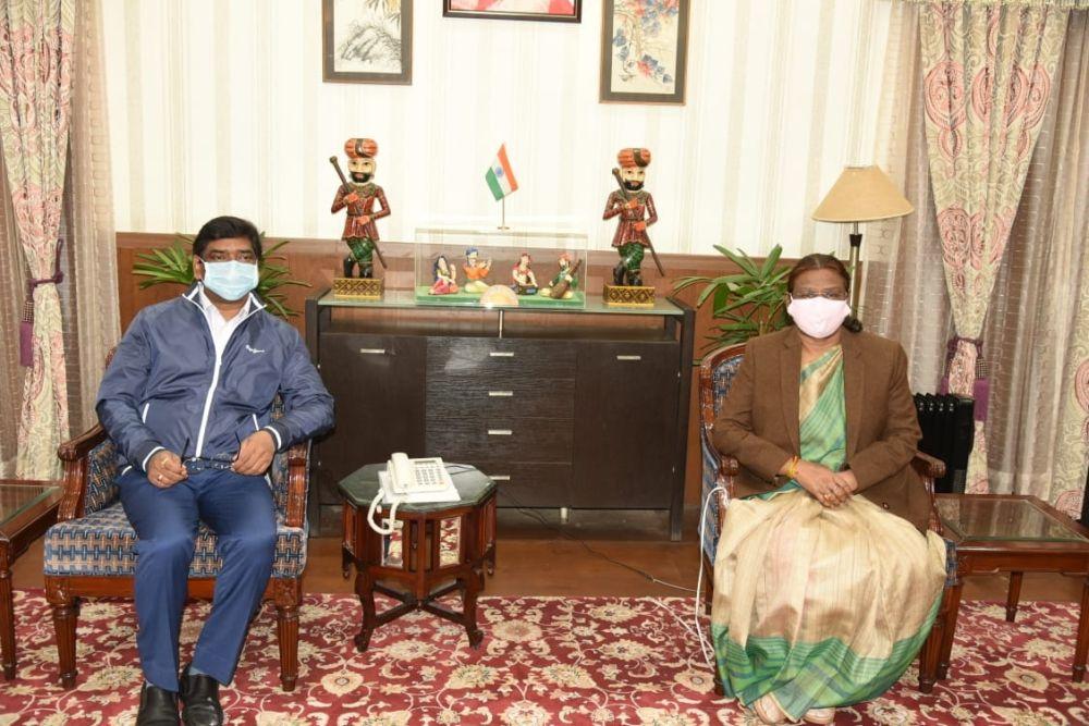 <p>राजभवन में राज्यपाल श्रीमती द्रौपदी मुर्मू से आज मुख्यमंत्री श्री हेमन्त सोरेन ने मुलाकात की। राज्यपाल से यह उनकी शिष्टाचार भेंट थी।</p>
