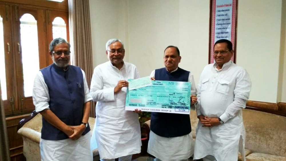 <p>On behalf of the Jharkhand government,CP Singh,Minister,Urban Development handed over Rs 5 crore cheque to Bihar CM Nitish Kumar and its Deputy CM Sushil Modi for flood relief measures.</p>…